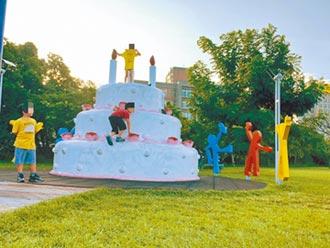 孩童爬3公尺高雕塑 網友怒轟