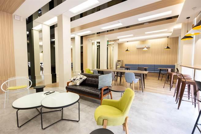 世新大學宿舍翻新後,側重公共空間,環境挑高、寬敞且採光佳,好比文青咖啡廳。(世新大學提供/李侑珊台北傳真)