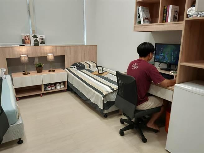 世新大學於今年暑假完成宿舍翻修工程,空間設計採文旅風格,學生皆已入住。(李侑珊攝)