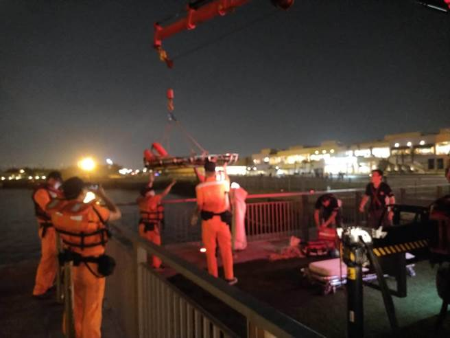 搜救人員出動吊車將落海女子吊掛上岸,送童綜合醫院救治。(台中港務消防隊提供/王文吉台中傳真)
