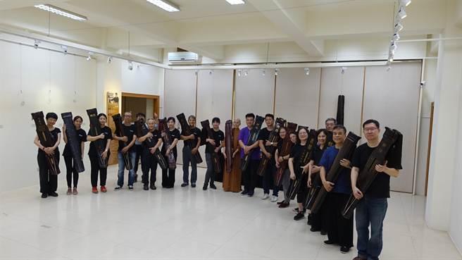 開幕由斲琴及彈琴歷程8個月從原木到古琴二班成果的學員與教授老師聯合演出。(主辦單位提供/盧金足台中傳真)