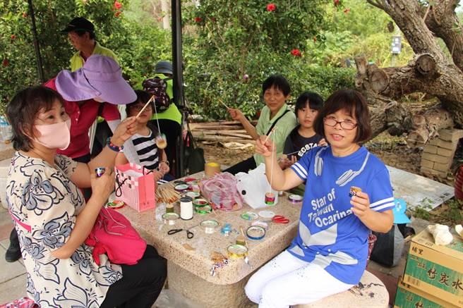 中港溪清流文化協會3日規畫客家童玩文化體驗,吸引大人小孩動手做,其中能模擬蟬叫聲的竹蟬童玩DIY最受民眾喜愛。(何冠嫻攝)