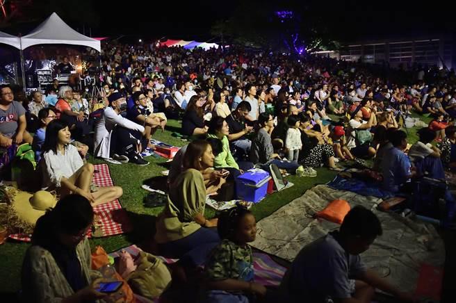 東管處在中秋節連假舉辦「月光.海音樂會」,2日晚上吸引逾5000人次入場享受浪漫。(莊哲權攝)