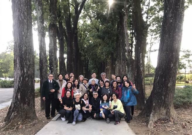 六龜新威森林公園有條近2公里的桃花心木林道,中秋連假吸引大批民眾上山賞花景。(林雅惠攝)