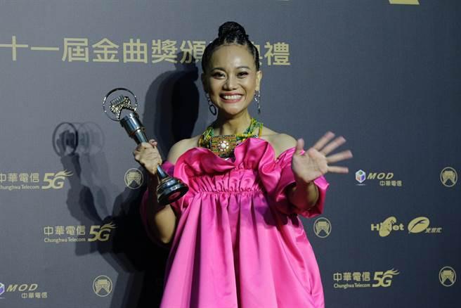 阿爆以《kinakaian 母親的舌頭》拿下最佳原住民語專輯獎、年度專輯獎、年度歌曲獎3大獎。(圖/廖映翔)