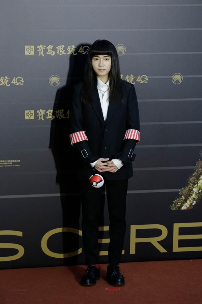 持修的黑西裝袖口有可愛的紅白條紋裝飾,和手上的寶可夢球非常搭配。(圖/廖映翔攝)