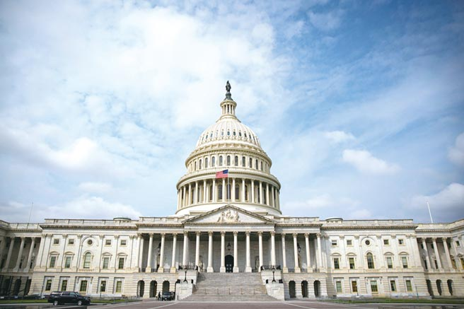 50位跨黨派參議員1日聯名致函美國貿易代表萊海澤,呼籲盡快就台美雙邊貿易協定(BTA)展開談判。圖為美國國會大廈。(路透)