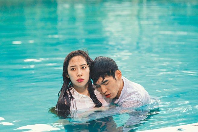 張書豪(右)和歐陽妮妮在《腦波小姐》中上演水中之吻。(麗象影業提供)