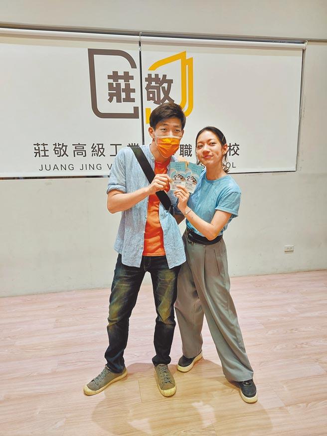 陳妤(右)跑宣傳遇到以前的學長,兩人開心合影。(華映提供)