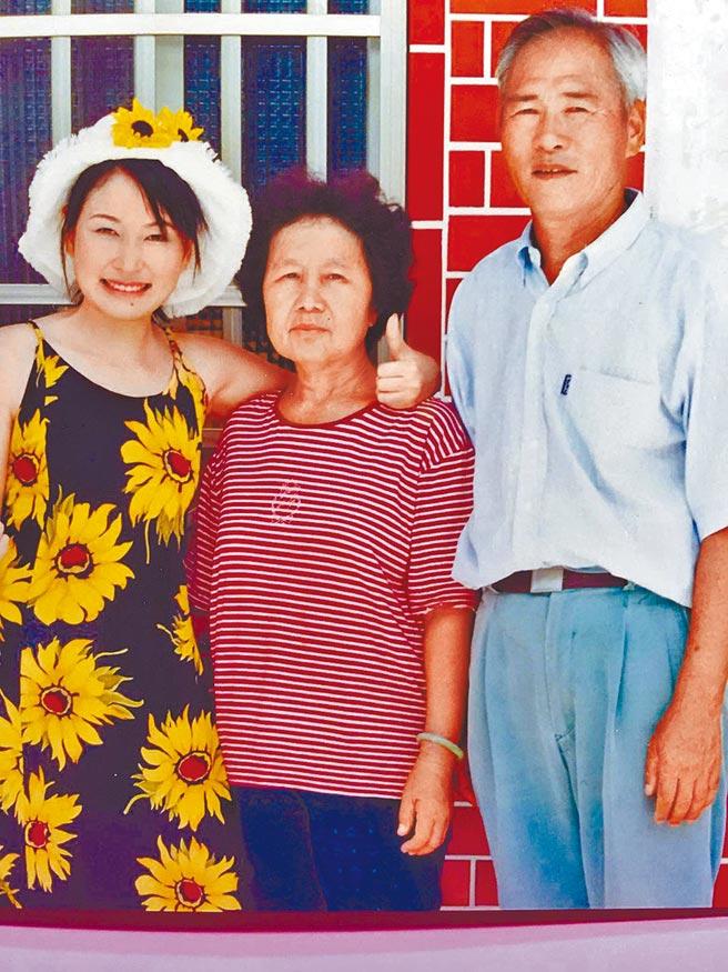 很孝順的張秀卿(左起)與媽媽、爸爸的感情深厚。(資料照片)