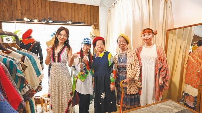 胡文華(左)在「銀同社區」與銀髮族朋友開心交流。(亞洲旅遊台提供)