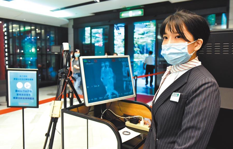 新光三越在新冠肺炎期間,門口設置紅外線測溫顯像儀,提升防疫工作。圖/顏謙隆