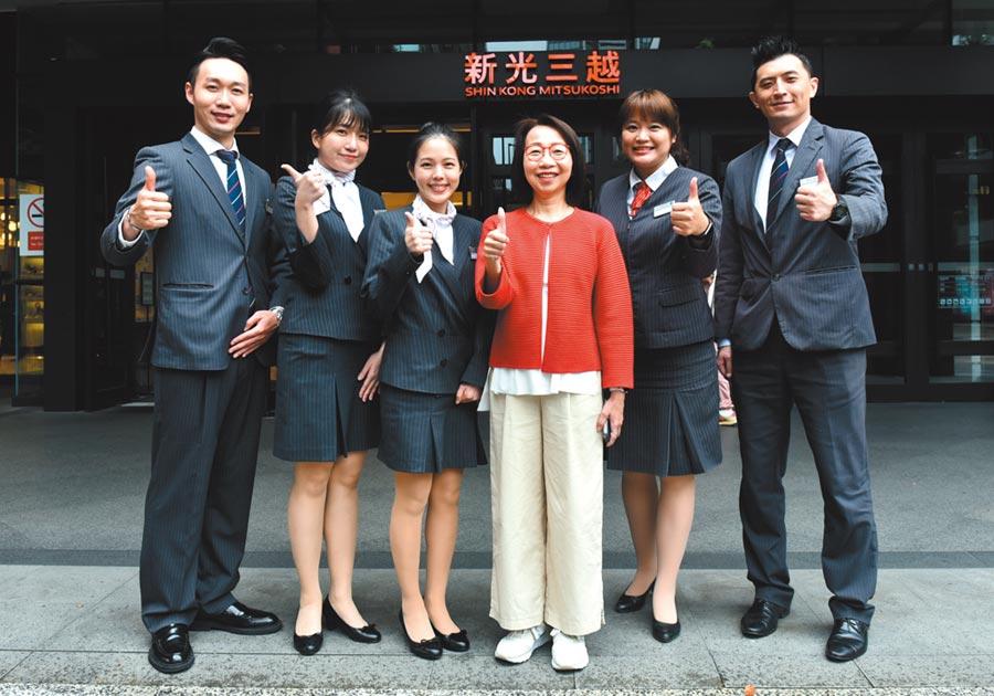 新光三越副總經理曹美虹(右三)表示,服務不再只是歡迎光臨,而是各種生活串接的提案。圖/顏謙隆