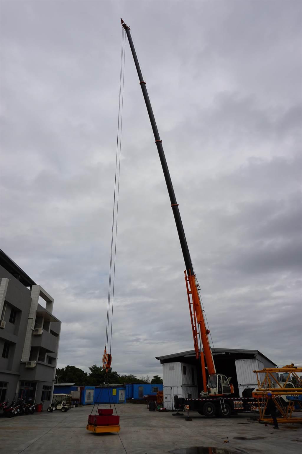移動式起重機進行吊掛作業。(台中市政府提供/陳世宗台中傳真)