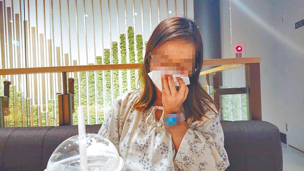 張女11歲被母親賣入火坑,靠著努力拚出逆境人生,看到年老母親重病臥床,在盡孝與憎恨中感到兩難。(程炳璋攝)
