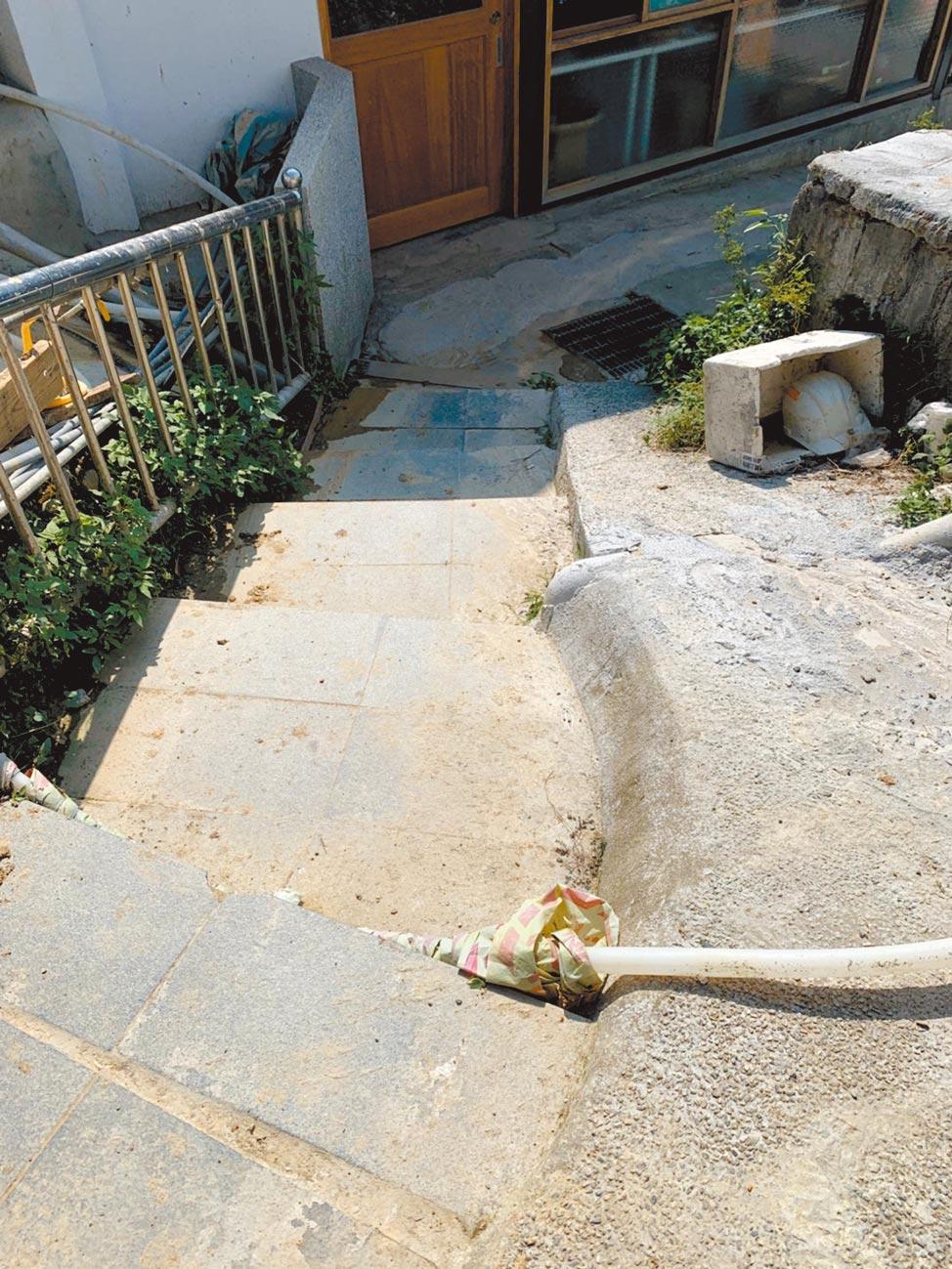 台北市議員吳沛憶發現,北市無障礙廁所明顯不足,無障礙廁所室外通道甚至有台階,根本不符合身障者需求。(台北市議員吳沛憶研究室提供/游念育台北傳真)