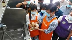 世界動物日 陳其邁現身燕巢動物保護關愛園區幫狗狗洗澡
