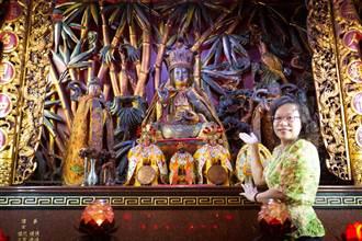 罕見女漆線雕師 為前鎮慈正宮完成8尊神佛外飾