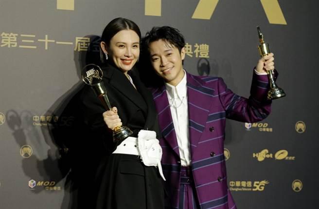 吳青峰、魏如萱奪下金曲31歌王、歌后。(圖/廖映翔攝)