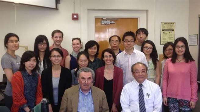 教育部與美國加州大學洛杉磯分校亞太中心共同推動「台灣研究」,圖為該校台灣研究課程師生合影。(教育部提供/林志成台北傳真)