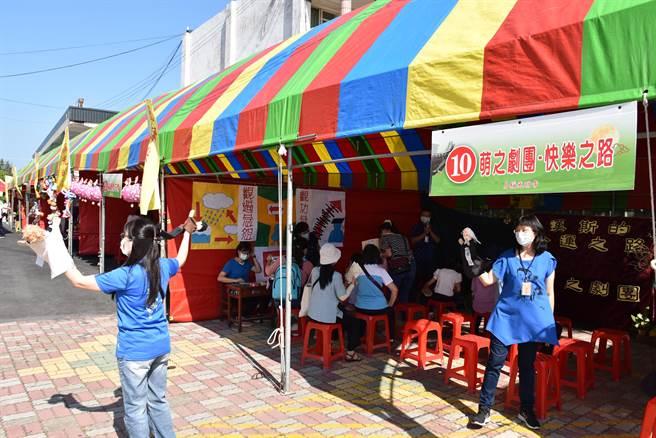 苑裡月稱光明寺4日在苑裡國小舉辦秋節園遊會,有布偶劇團表演。(謝明俊攝)