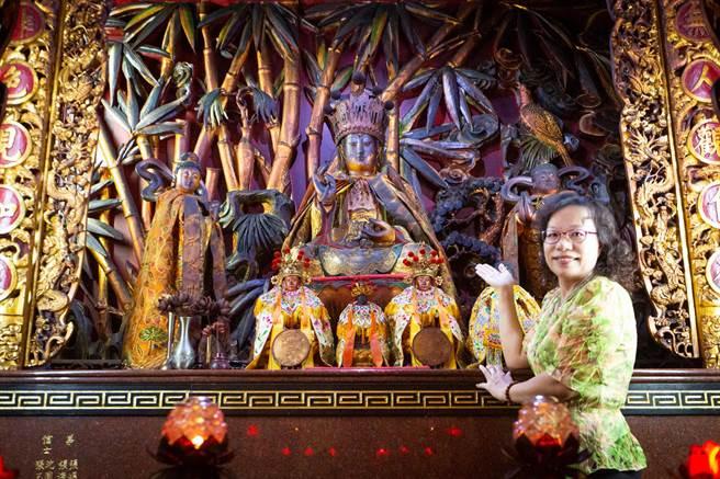 「漆線雕」是神佛雕像的服飾設計,經師傅巧手,彰顯神佛官階氣勢和神韻。女師楊琇文26年前曾在前鎮區慈正宮獨立完成8尊神像的外觀裝飾。(袁庭堯攝)