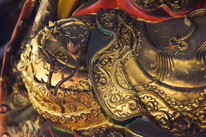楊琇文的手藝精湛,創作細緻度驚人,神像衣裝的海浪、蓮花、流蘇都透過她的巧手活靈活現。(楊琇文提供/袁庭堯高雄傳真)