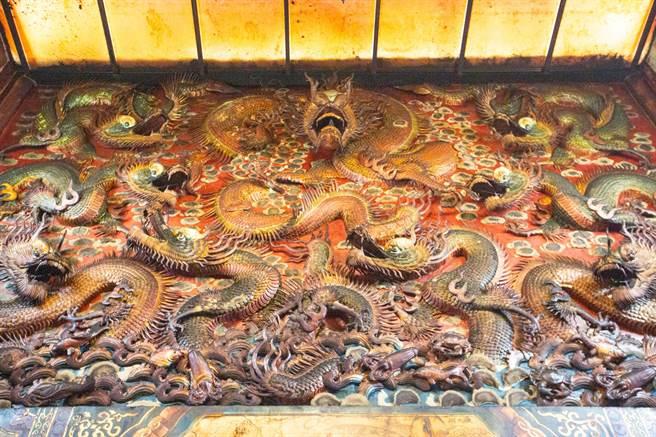 慈正宮內保有罕見的九龍雕刻牆面。(袁庭堯攝)