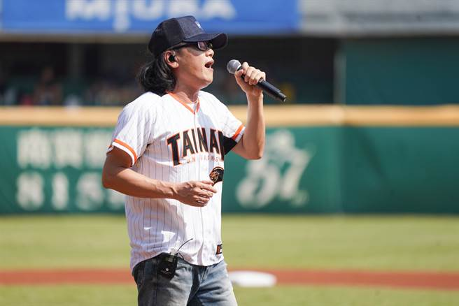 臺式搖滾歌手流氓阿德在賽前開唱,心情超好。(統一獅提供/廖德修台北傳真)