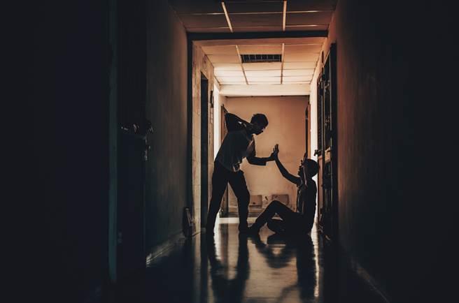 云林县今(4日)下午传出人伦悲剧,近8旬的父亲与儿起争执,一气之下竟失手打死儿子。(示意图/Shutterstock)