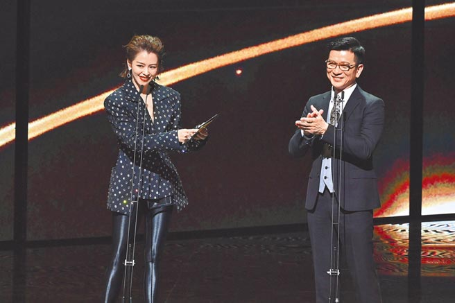 徐若瑄(左)与陈子鸿昨盛装担任颁奖嘉宾。(台视提供)