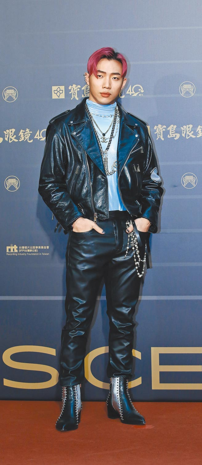 ØZI昨以法國新銳品牌Enfants Riches Deprimes皮衣搭配CHANEL飾品,混搭出自信態度。