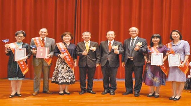 理事長唐彥博(左四起)、教育部前部長吳清基、教育部次長林騰蛟與弘道獎得獎人合影。圖片提供/中國科大