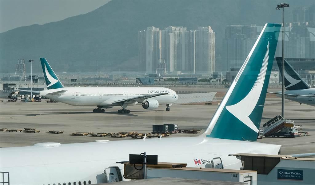 受新冠疫情衝擊,傳出香港國泰航空將於5日宣布「大裁員」,將裁減700名機師、400名國泰城(國泰航空總部)員工、1500名空服員。(本報資料照/中新社)