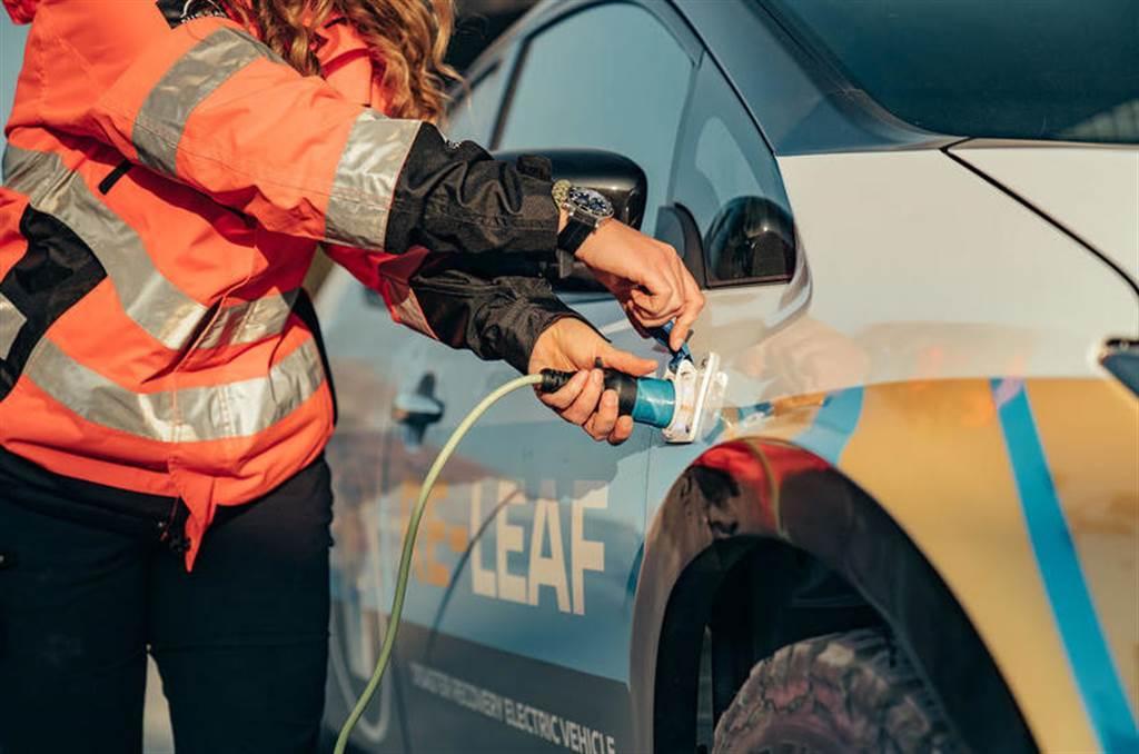 這台 LEAF 有點威!Nissan 電動車化身救災神器,車載電池為家庭緊急供電 6 天沒問題