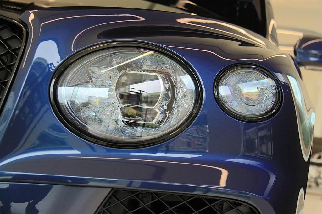 新Bentayga光彩奪目水晶切割設計的LED頭燈配置了82顆LED,提供精細的矩陣照明功能,可區分三段速度域:低於30 mph的城鎮模式、30~60 mph的鄉村模式,以及以上的高速公路模式,來進行自適應照明,並且位置特別拉高了3公分而能讓照射距離拉得更遠。