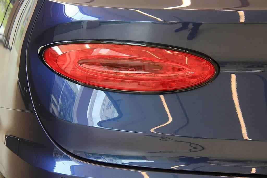 全新橢圓形尾燈整合動態指示方向燈功能,其內有獨特的格子圖案,點亮時可顯現獨特的珠寶般外觀,並具有深度的三維發光效果。