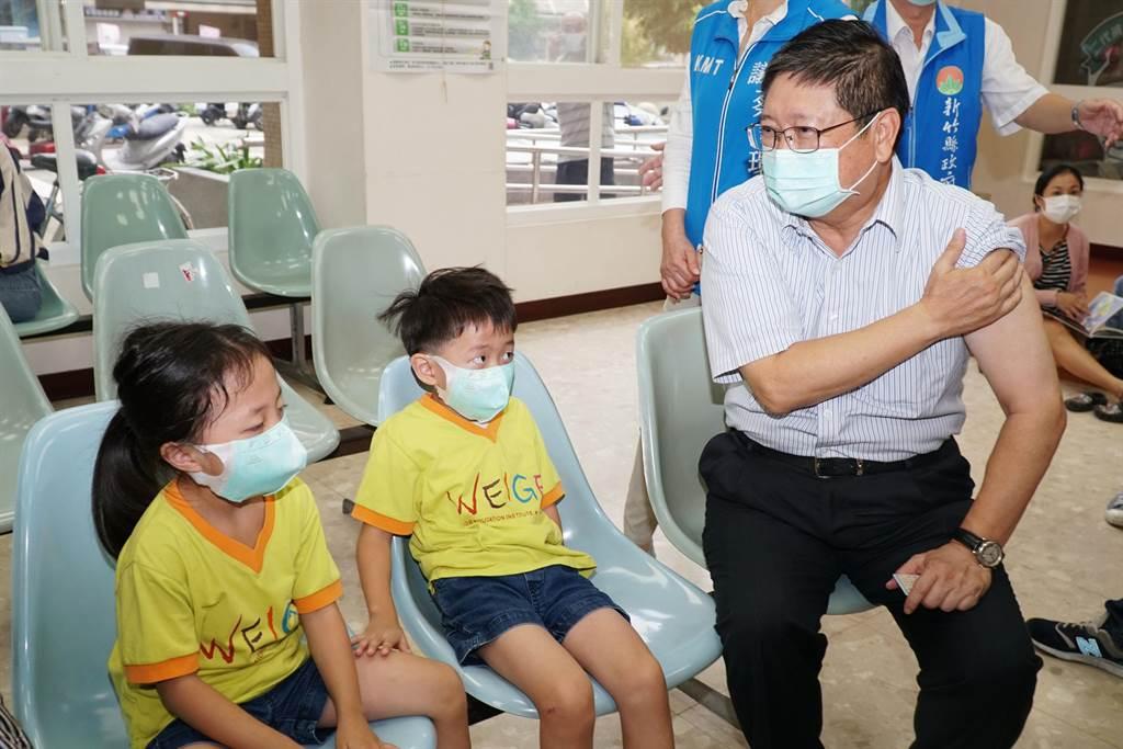 公費流感疫苗5日開始施打,縣長楊文科(左)到竹北衛生所接種時強調,「戴口罩、勤洗手、打流感疫苗」,呼籲符合施打資格縣民盡速至合約院所接種。(羅浚濱攝)