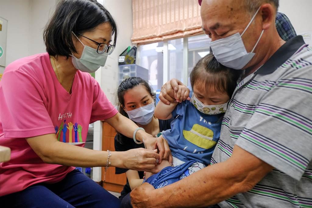 公費流感疫苗5日開始施打,很多家長們帶小朋友到衛生所接種。(羅浚濱攝)