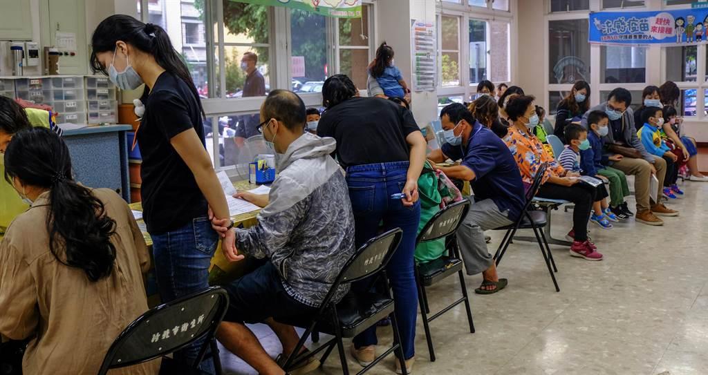 公費流感疫苗5日開始施打,竹北市衛生局大排長龍接種。(羅浚濱攝)