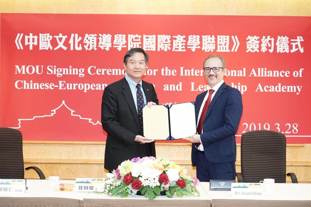 產學合作必須與國際接軌,文化大學校長徐興慶(左)參加中歐文化領導學院國際產學聯盟簽約儀式。(文化大學提供)