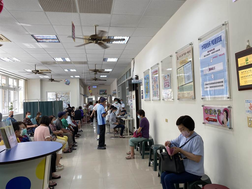 公費流感疫苗5日開打,台中市太平衛生所一早即湧入接種人潮。(馮惠宜攝)