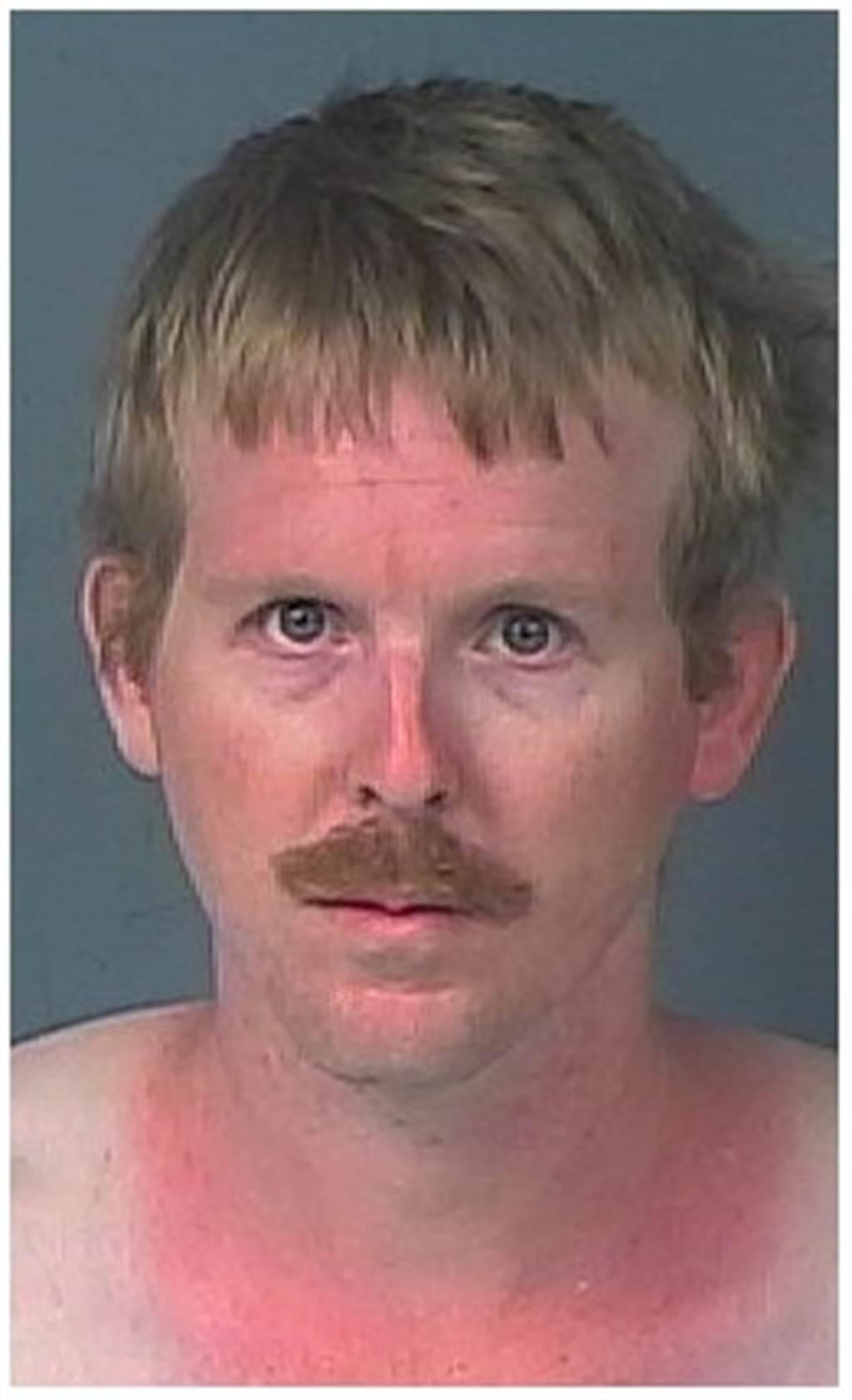 此名大叔不願遠距離戀愛,乾脆直接入住少女衣櫃中。(臉書Hernando County Sheriff's Office)