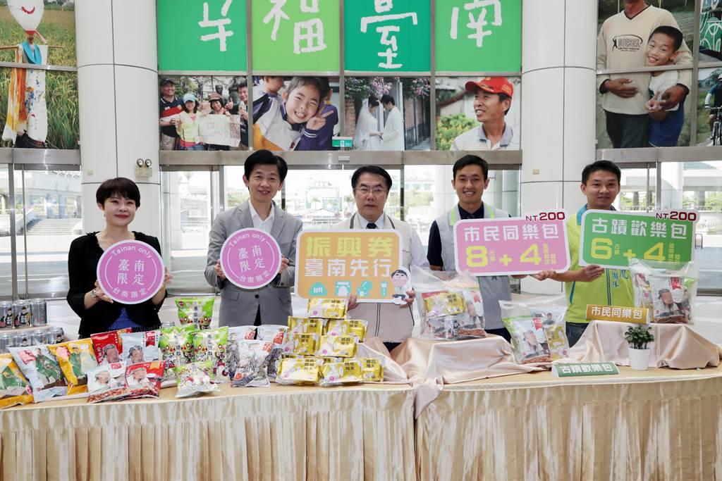 台南市政府針對國慶焰火推出相關文創商品,招待貴賓。(資料照/台南市政府文化局提供)