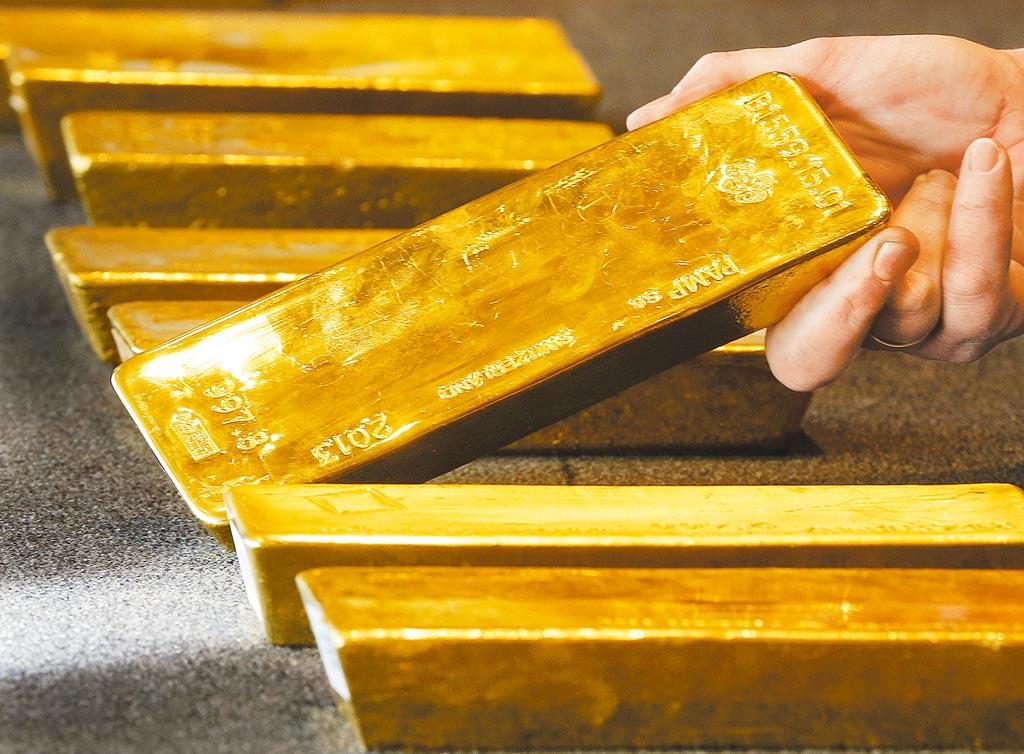 台北市金銀珠寶公會榮譽理事長李文欽表示,只要美國聯準會維持不升息,確立長期低利率環境,國際金價至少還有2年的榮景。圖為黃金示意圖。(美聯社)