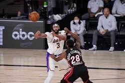 NBA》有夠尷尬!一眉哥找人擊掌慘遭無視