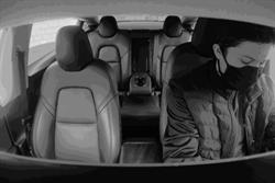 特斯拉正透過車內鏡頭偵測駕駛眼部與動作狀態,未來可能藉此增加安全監督機能、增進行車安全