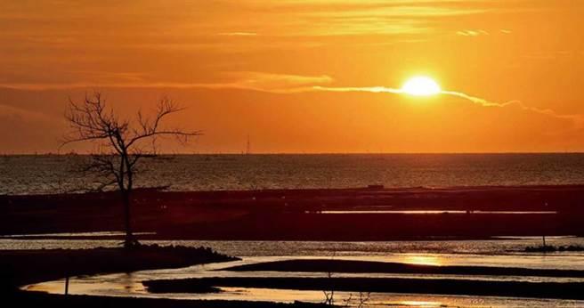 白水湖壽島海灘在日治時期曾是海水浴場,如今成為MV的熱門拍攝地點,日落景色十分壯觀。(圖/侯宏榮攝)