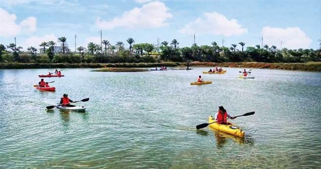 鹽池內划獨木舟的「鹽田划爾滋」,是「謝鹽祭」的重頭戲之一。(圖/高靜玉攝)