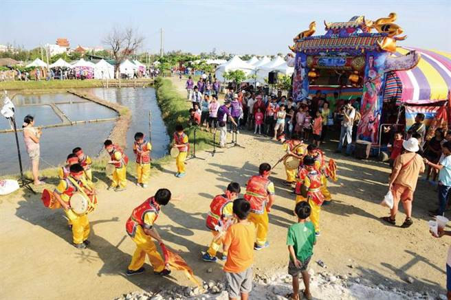 洲南鹽場每年都會舉辦「謝鹽祭」,依照民俗禮儀謝神,當地國小也會組隊前往參與活動。(圖/東石鄉公所提供)